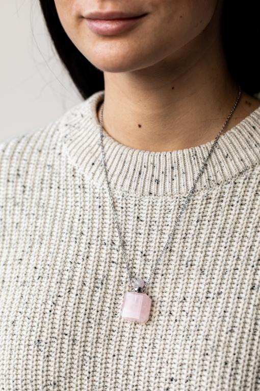 ciondolo quarzo rosa indossata